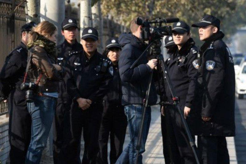 一審時法庭外的警察和媒體。高瑜一案的庭審過程沒有公開。(BBC中文網)