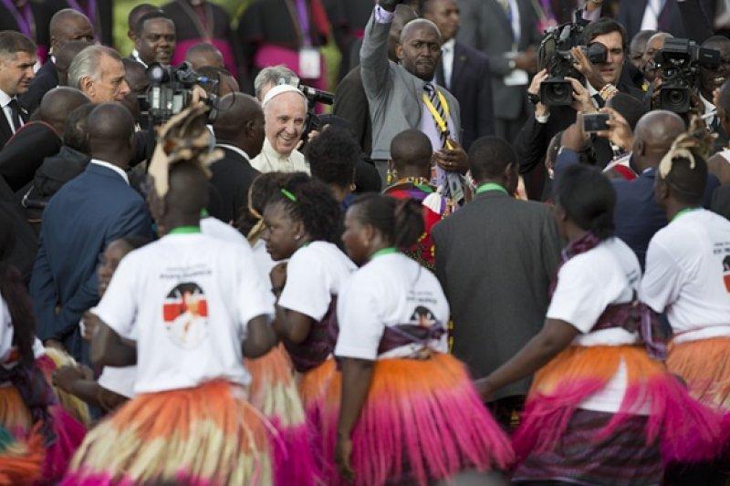 較宗方濟各25日抵達肯亞,此次為他首度訪非洲,並受到廣大民眾歡迎(取自美聯社)