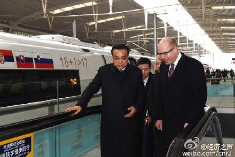 李克強邀請中東歐16國領導人共乘高鐵。(取自微博)