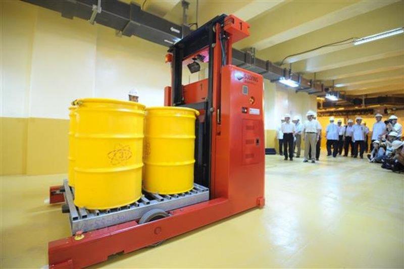 2013年馬英九總統「能源之旅」視察核三廠低階廢棄物倉庫自動化處理情形。(總統府官網)