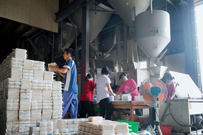 台中烏日的米加工廠正忙著包裝益全香米,準備出口迎戰雙十一,但沒想到1萬盒米,最後只賣了不到4千盒。(攝影者.程思迪)