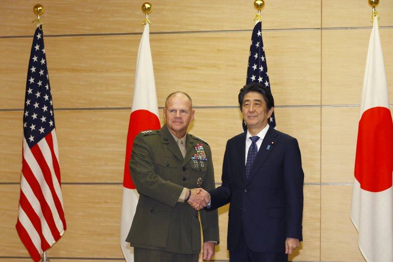 日本首相安倍晉三25日在東京接見美軍陸戰隊司令奈勒(Robert B. Neller)(美聯社)
