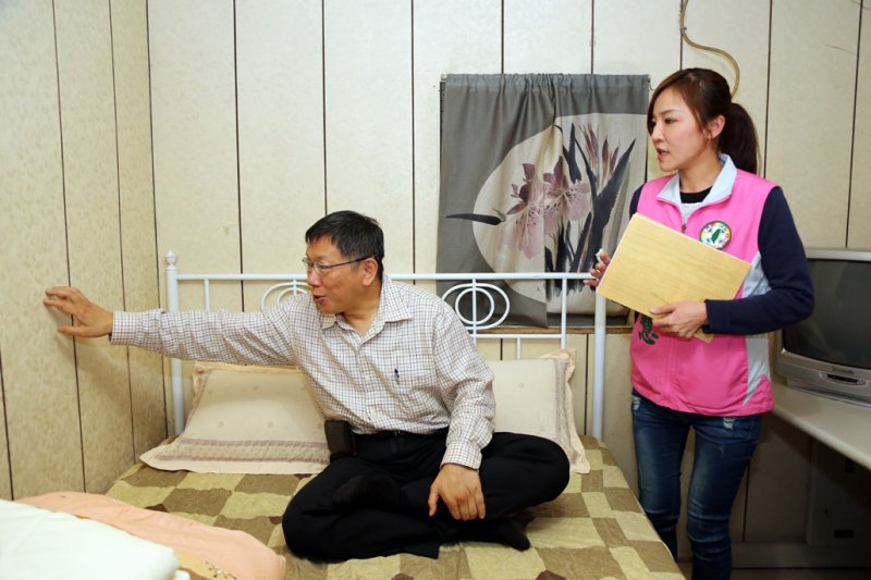 對於社子島homestay的房間,柯文哲很是滿意(取自臺北市政府秘書處)