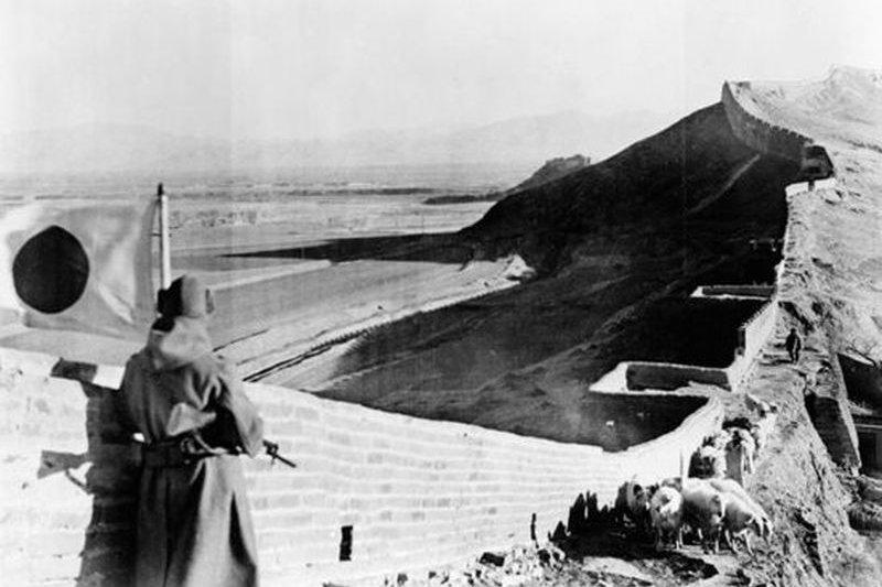 1937年,一名日本兵在守衛一段佔據的中國長城。自1931年以來日中之間的戰事時斷時續,但1937年衝突逐步升級。(美國會圖書館)