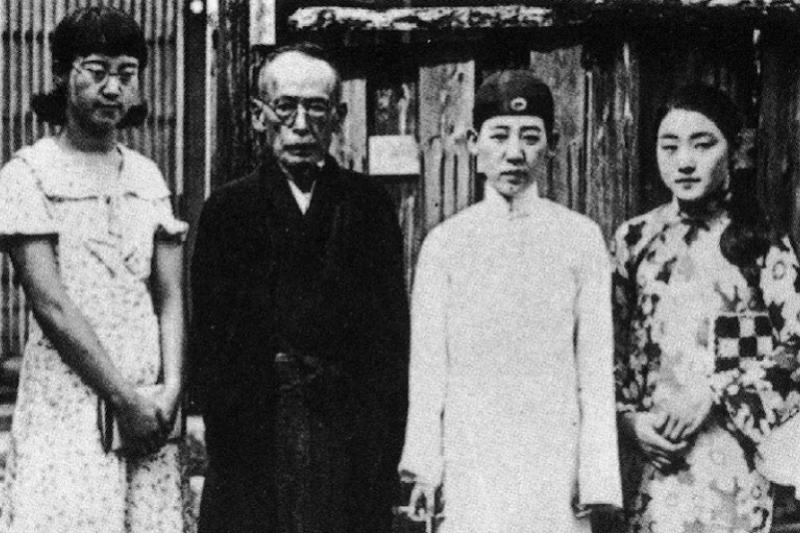 攝於位在松本的川島府邸前。由左至右為廉子、浪速、芳子、芳子的秘書千鶴子。(八旗提供)