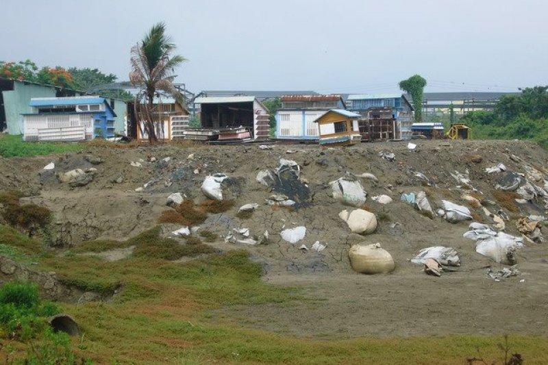 緊鄰農地上的非法工廠,空污、水污如何把關?(吳仁邦攝,朱淑娟提供)