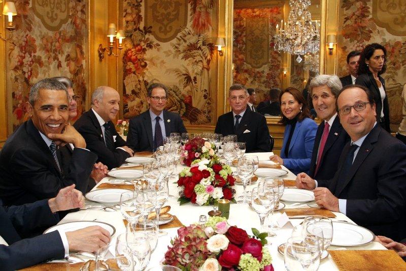 美國總統歐巴馬(左前)與法國總統奧朗德(右前)共進晚餐(美聯社)