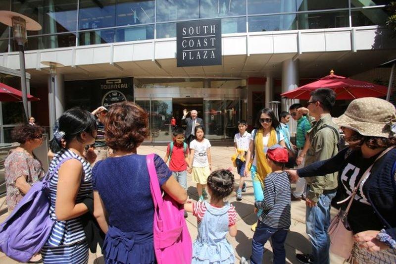 美國加州一家商場總經理出門迎接中國遊客。(美聯社)