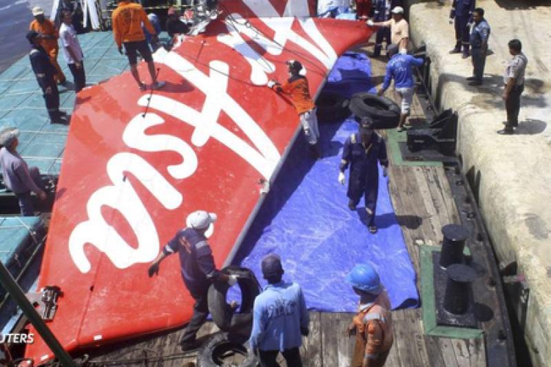 印尼亞航班機的殘骸被打撈上岸。(取自推特)