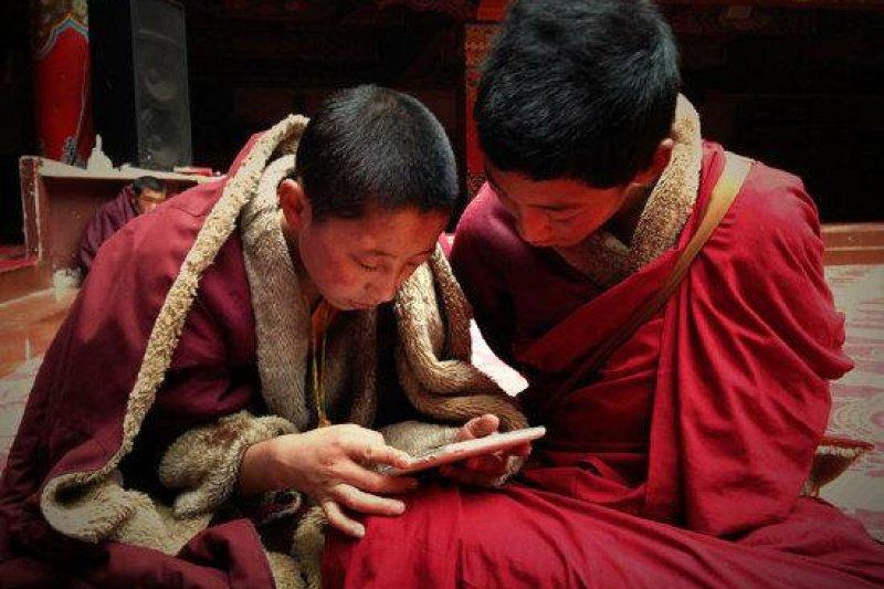 西藏年幼僧侶正在學習。(取自推特)