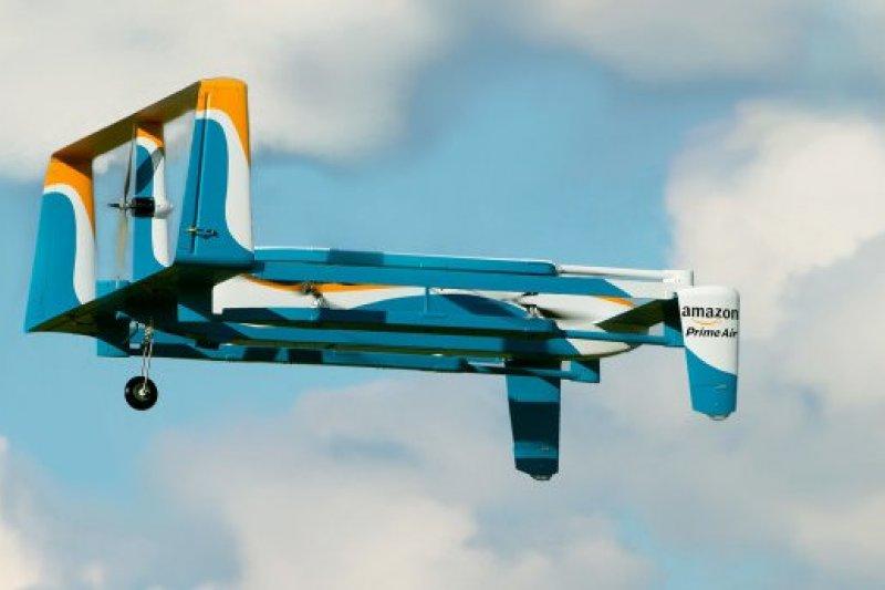 美國網路零售龍頭亞馬遜(Amazon)推出新型送貨無人機。(取自影片)