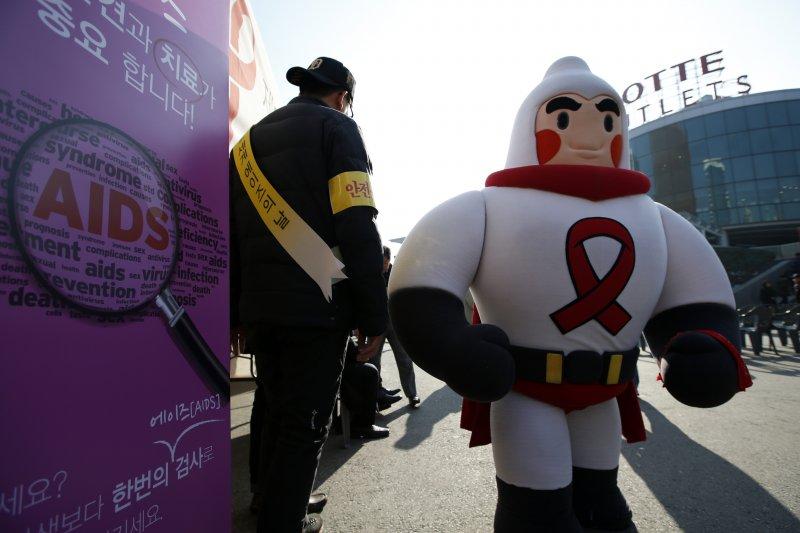 南韓為推廣保險套,一個保險套超人在「世界愛滋病日」參加宣導活動。(美聯社)
