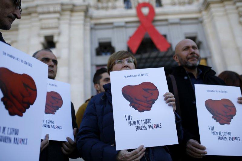 西班牙民眾在「世界愛滋病日」參加相關宣導活動。(美聯社)
