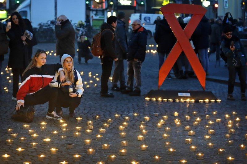 丹麥哥本哈根的民眾於「世界愛滋病日」在廣場上點起蠟燭。(美聯社)