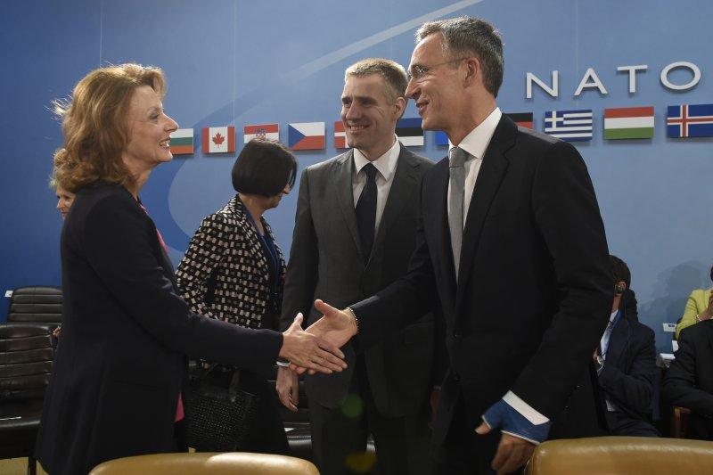 蒙特內哥羅國防部長米莉察·佩亞諾維奇-久里希奇(Milica Pejanović Đurišić)(左)、蒙特內哥羅外交部長伊戈爾·盧科希奇(Igor Lukšić)(中)、與北約秘書長史托騰伯格(右)。(美聯社)