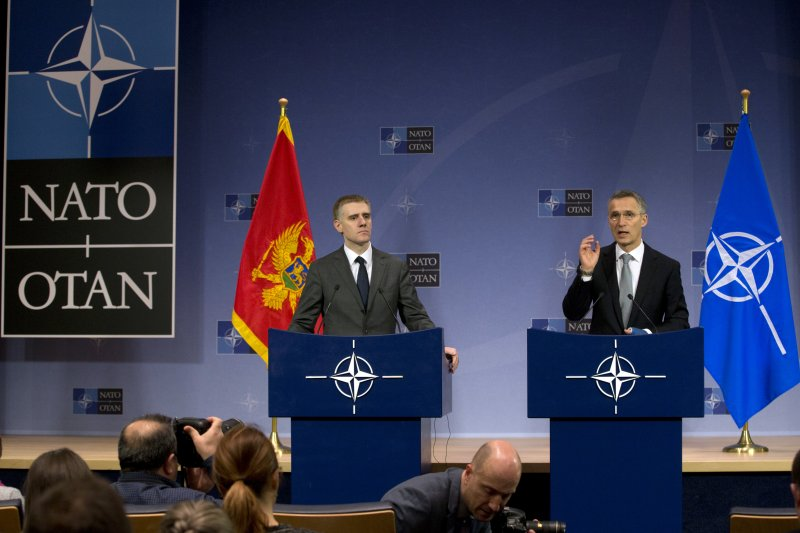 北約秘書長史托騰伯格(右)與蒙特內哥羅外交部長伊戈爾·盧科希奇(左)。(美聯社)