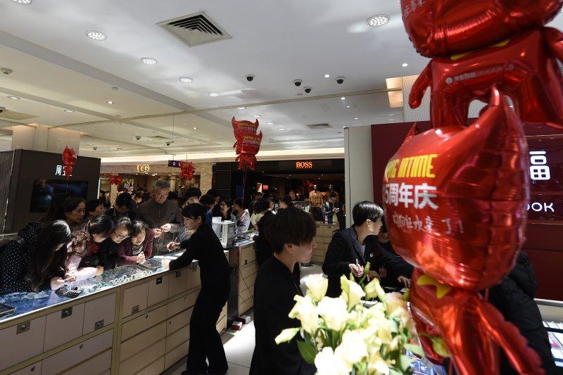中國經濟。消費者在杭州銀泰百貨商場的飾品專櫃選購(新華社)