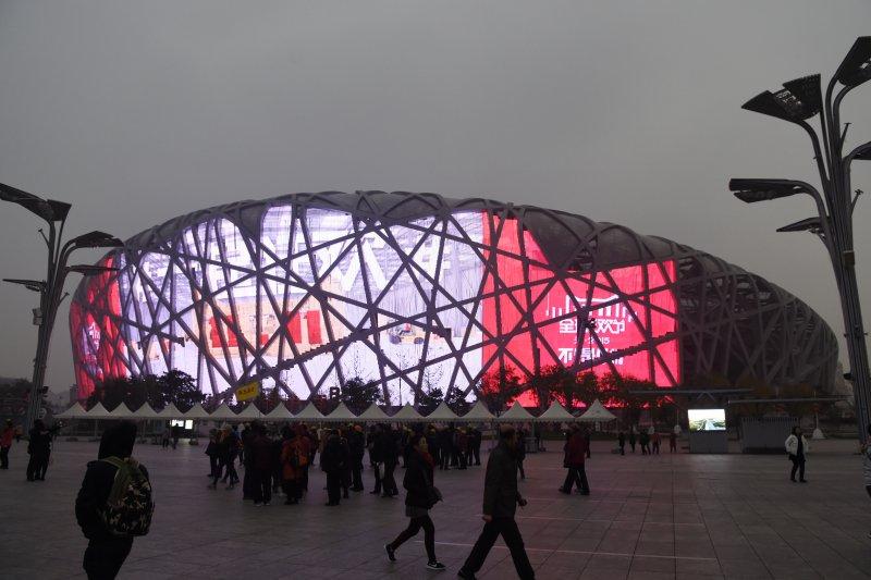 雖然台灣民間對中國的疑慮日深,但台商赴中國投資仍持續增加,市場需求高是重要原因。圖為北京「鳥巢」亮起「雙十一」的宣傳動畫。(資料照片,新華社)