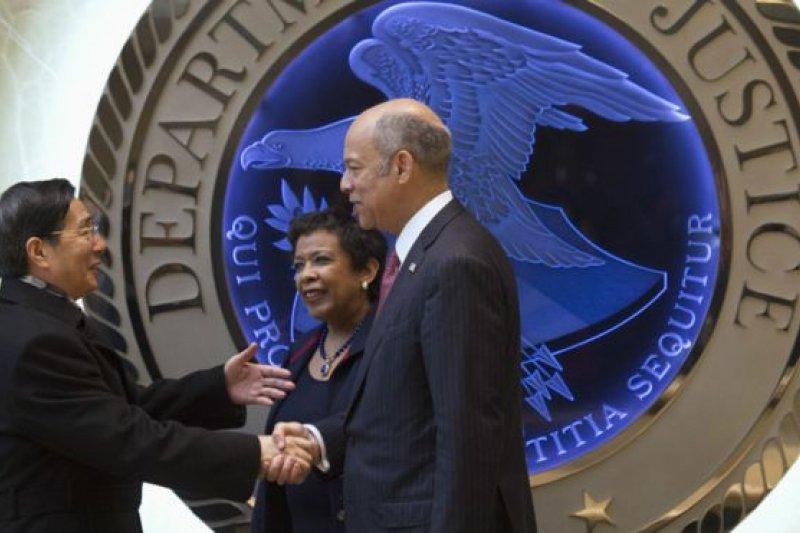中國國務委員郭聲琨(左)與美國司法部部長林奇(中)、美國國土安全部部長傑·約翰遜在華盛頓共同主持會議。(BBC中文網)