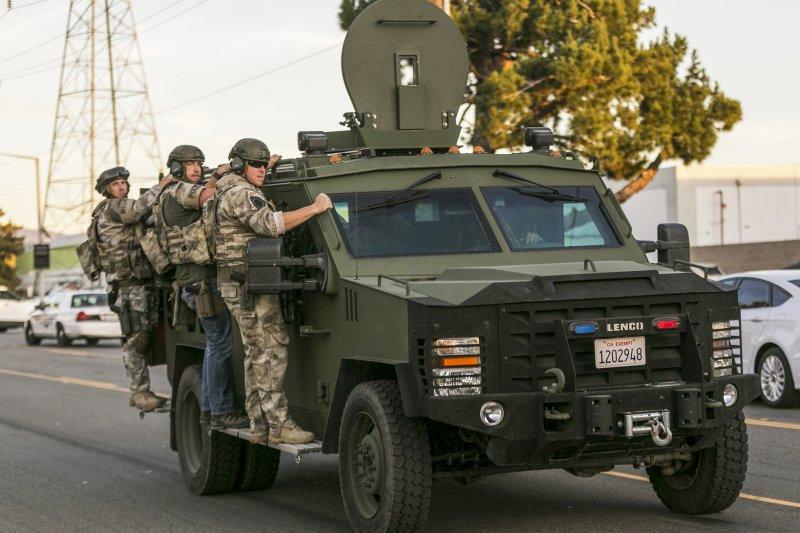 美國加州聖伯納迪諾爆發大規模槍擊案,至少14人遇害,執法人員全副武裝出動。(美聯社)