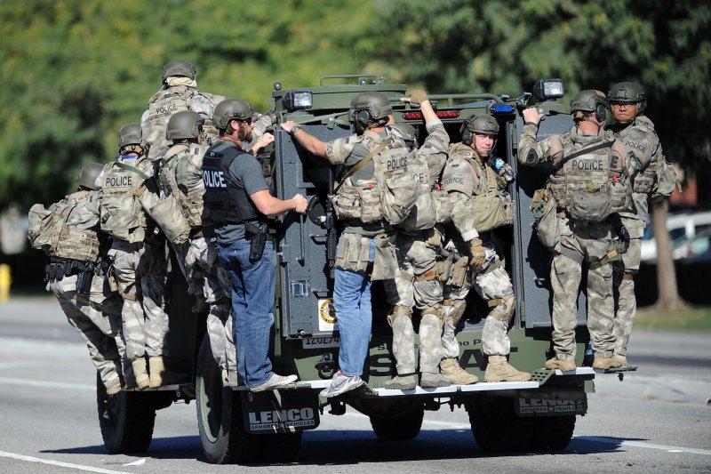 美國加州聖伯納迪諾大規模槍擊案,警方全副武裝出動(美聯社)