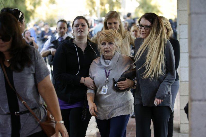 美國加州聖伯納迪諾大規模槍擊案,民眾驚魂未定(美聯社)
