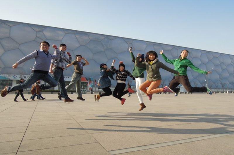 兩岸青年在北京水立方前合「拍」。(宋慶齡基金會官網)