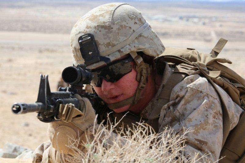 美軍陸戰隊女兵藍斯(Marine Lance)接受嚴格訓練(美軍陸戰隊)