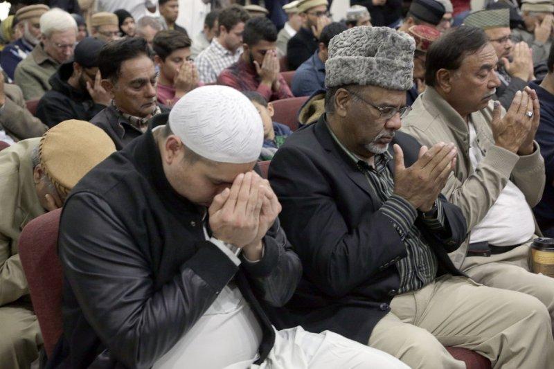 為美國加州2日槍擊案受害者祈禱的穆斯林。(美聯社)