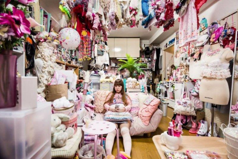 「墮落部屋」也成了攝影師的創作主題,可見房間也能亂得很藝術(圖/截自VICE Japan@youtube)