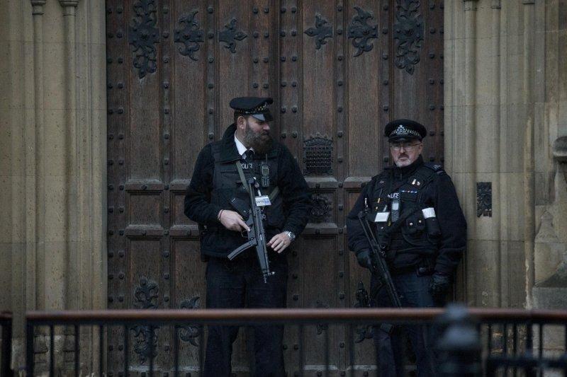 倫敦警員於國會大門前(美聯社)