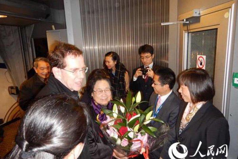諾貝爾醫藥學獎評委會秘書長沃爾本·列達勒到機場接機,迎接諾貝爾獎得主屠呦呦。