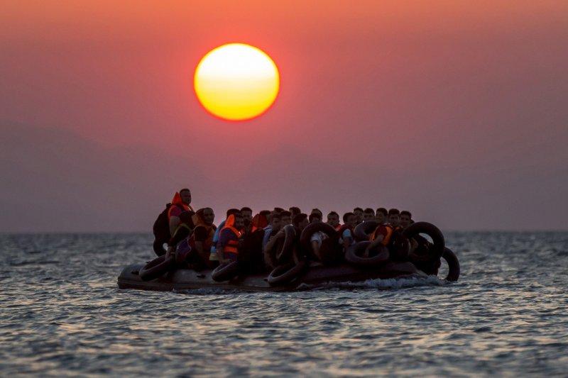 難民迫於無奈,只能用涉險偷渡地中海。圖為超載的難民船。(美聯社)