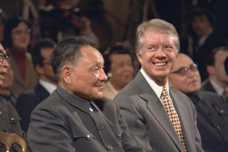 1979年,美、中兩國發表了建立全面外交關係的聯合公報之後,作為中國領導人的鄧小平(左)首次訪美。右為美國前總統卡特(Jimmy Carter)。(取自維基百科)