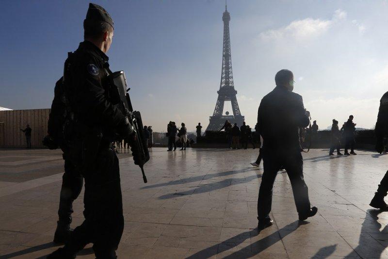緊急狀態期間,法國警方於艾菲爾鐵塔附近加強巡邏(美聯社)
