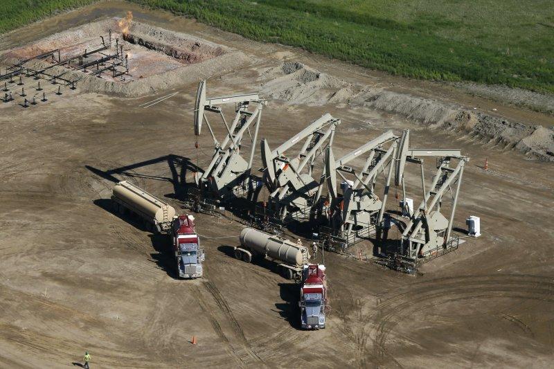 沙國與俄羅斯或嘗試解決原油供應過剩問題,另委內瑞拉、卡達亦將參與,若有具體減產承諾,將有利油價上漲。(美聯社)