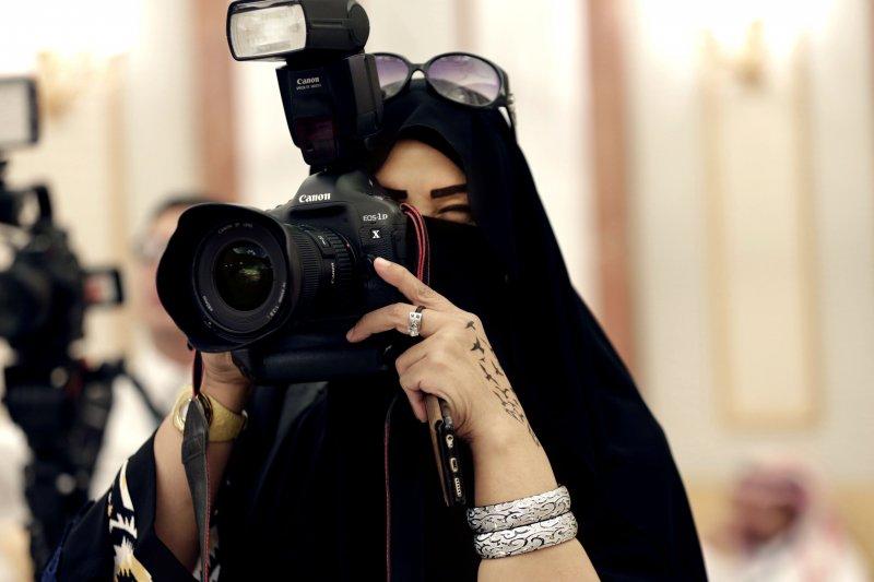 一名沙國女記者正在拍照(美聯社)