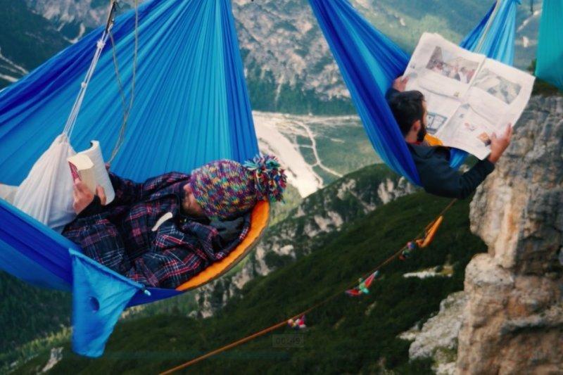 在峽谷中間空中露營,你有這個膽量嗎?(圖/截自Highline Meeting@vimeo)