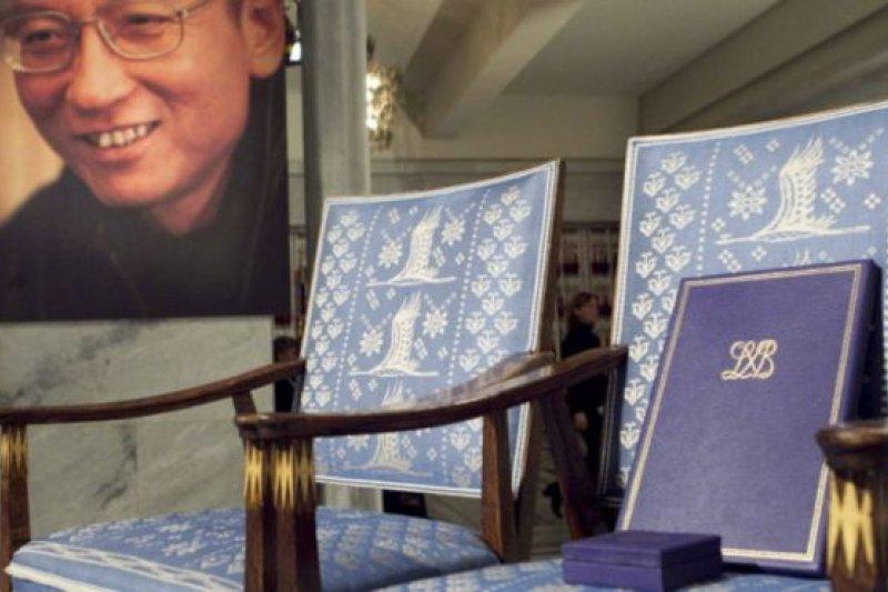 劉曉波五年前得到諾貝爾和平獎 ,不過無法出席,諾貝爾獎人員只好擺放一張空椅。(BBC中文網)