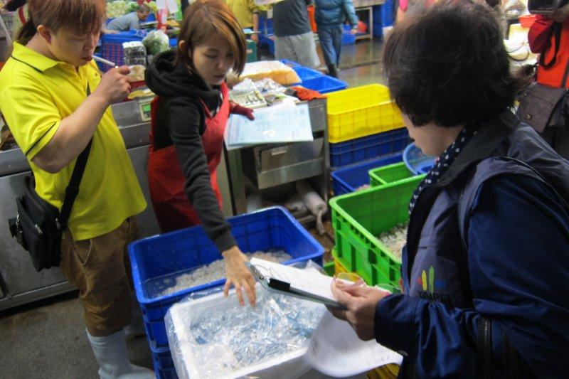 北市府進行海鮮抽查,市場處表示,如經衛生局現場查獲磷酸鹽等物證及添加事實,情節重大者,最重得終止租約,收回攤位。(取自台北市政府)
