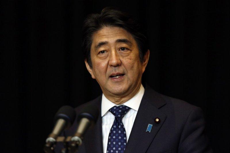 日本首相安倍晉三的安倍經濟學最後繼承了美國的QE。(資料照片,美聯社)