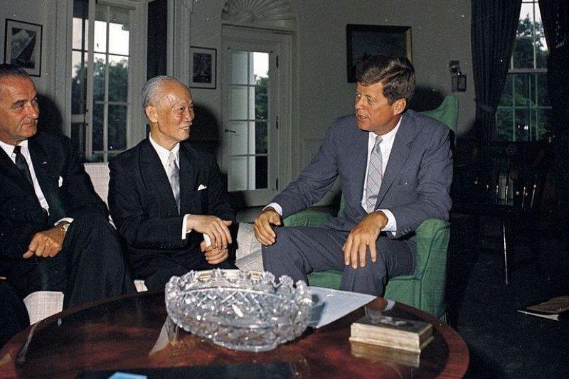 1961年7月31日,美國總統約翰·甘迺迪(右)與副總統林登·詹森(左)在白宮會見陳誠(中)。(維基百科)
