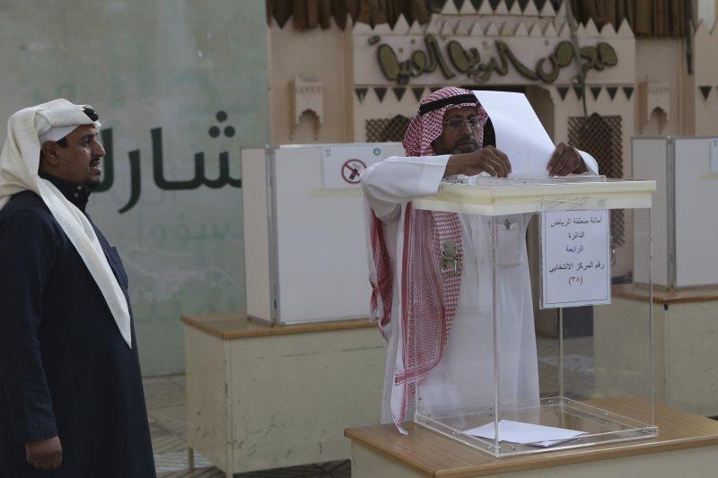 沙烏地阿拉伯12日舉行市議會選舉,是這該國歷史上的第3次選舉,而且首次將女性納入投票與參選。(美聯社)