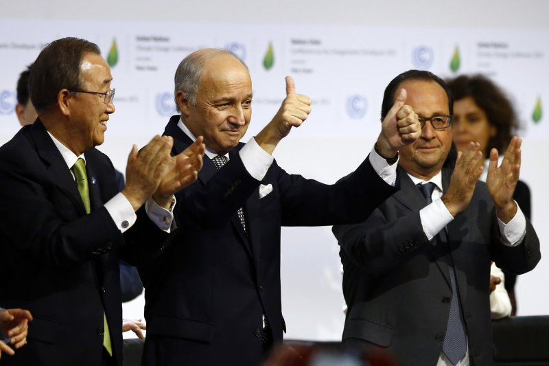 巴黎氣候峰會落幕,左起:聯合國秘書長潘基文、主席法國外長法比尤斯(Laurent Fabius,左)與法國總統奧朗德(François Hollande)(美聯社)
