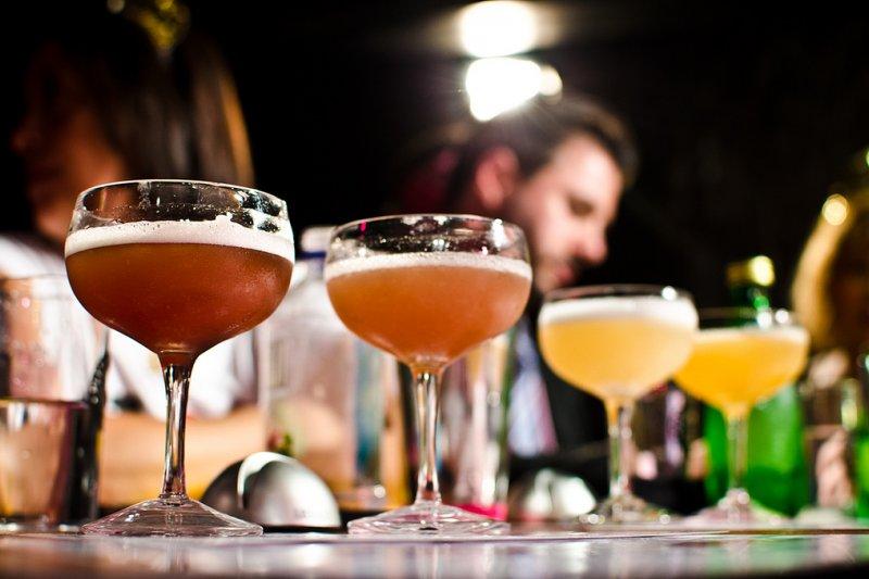 與其藉由酒精放鬆,不如出門和朋友聊天運動!(圖/Marnie Joyce@flickr)