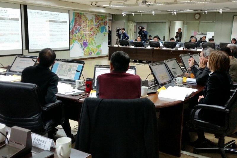 台北市政府17日上午召開大巨蛋都市設計審議會議,歷經5小時,市府與遠雄仍因意見不合而未達共識。(台北市都發局提供)