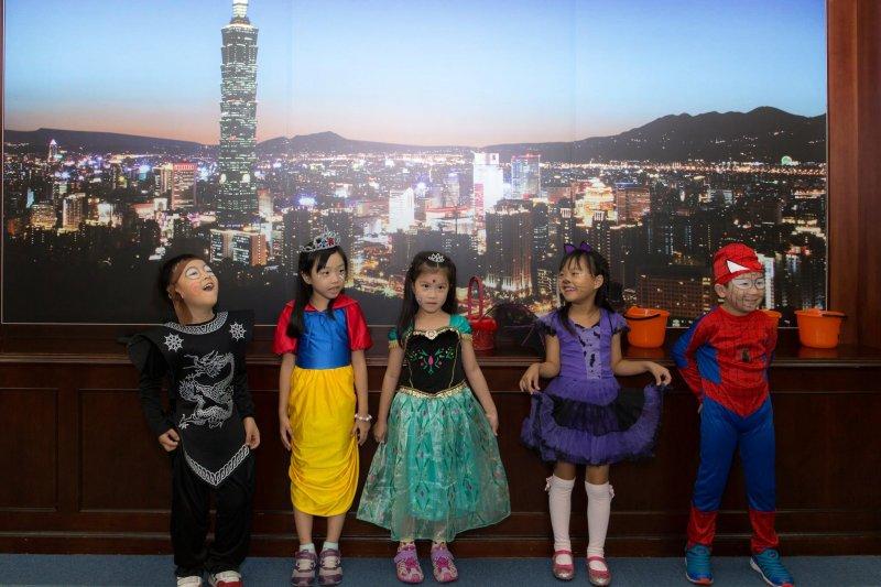 台北市長柯文哲廢除制式寒暑假作業,新北市教育局表示不會跟進,但作業內容將多元彈性,搭配學期中課程。(取自柯文哲粉絲專頁)