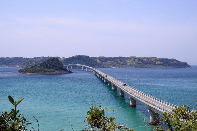 直穿入海的角島大橋,夏日意象是許多影視作品的最愛。(圖/dice_sotg@Flickr)