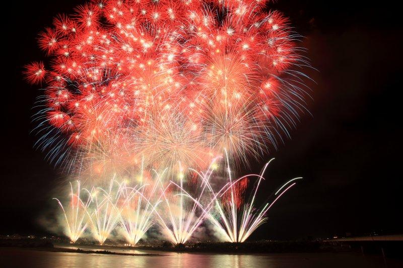 長岡祭的復興祈願煙火都有主題,此為2011年的「天地人」。圖/Wikipedia