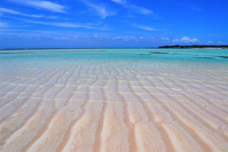 透藍海水和白色沙灘,是期間限定的美景。(圖/與論島官方觀光網站)